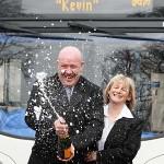 Bus chauffeur Kevin viert het winnen van de jackpot
